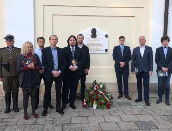 Tablica upamiętniająca Romana Dmowskiego zawisła na Pradze